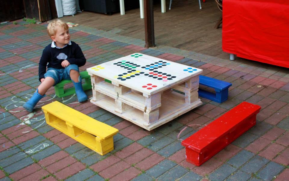 Stolik z małych palet do gry w Chińczyka