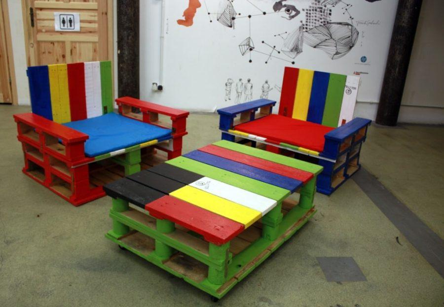 Kolorowe meble z palet