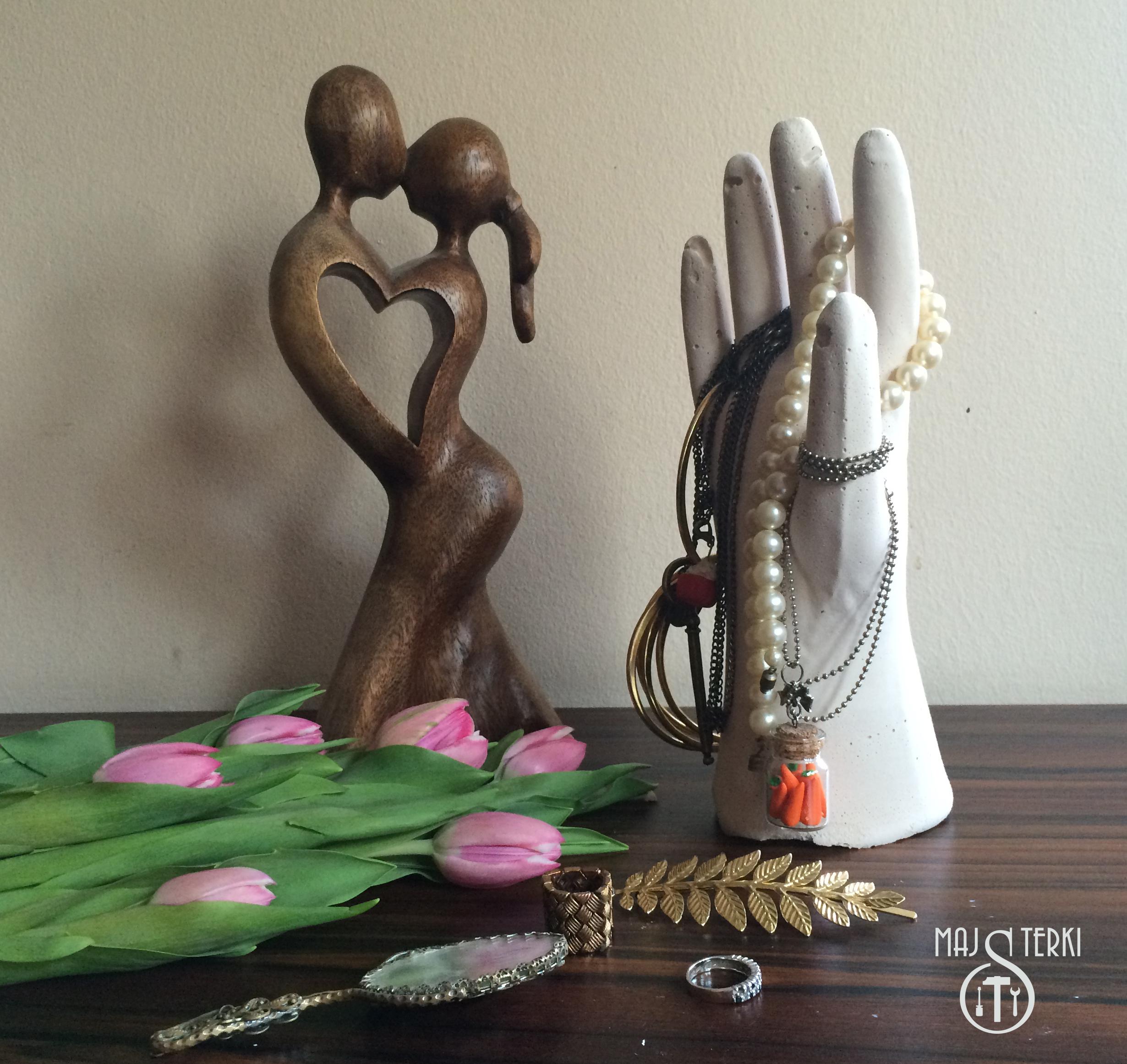 Gipsowa ręka- stojak na biżuterię