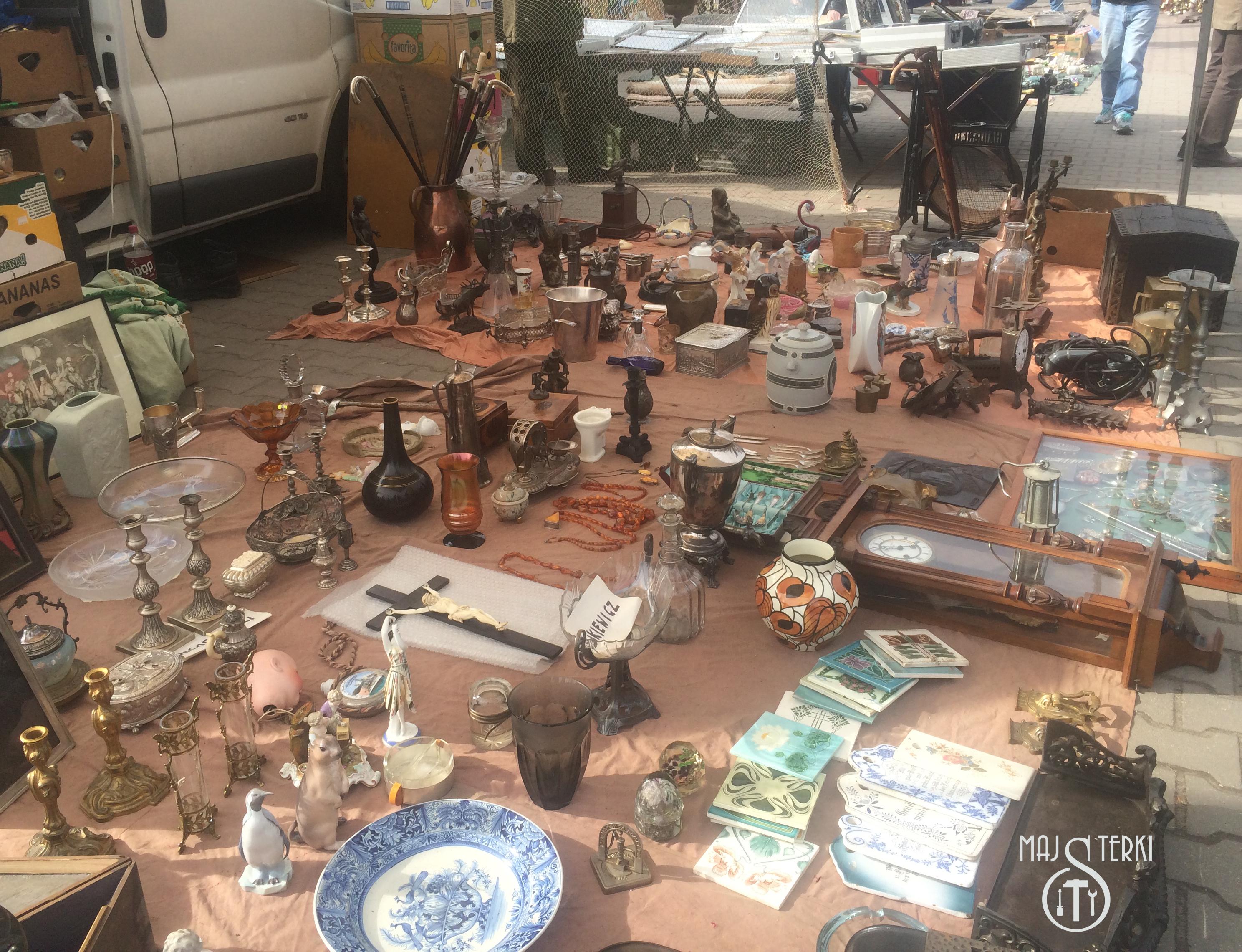Targ na Kole- ceramika, biżuteria i stare drewniane laski wykończone srebrem
