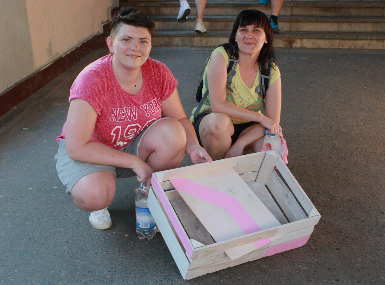 Dziewczyny z designerskim projektem stolikan wykonanym w czasie warsztatów Majsterek