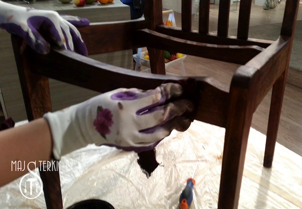 Woskowanie krzesła za pomocą barwnego wosku