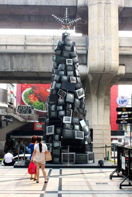 Wieża z telewizorów w Bangkoku