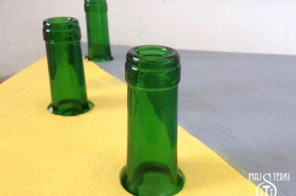 Stolik ze sklejki nakladanie na butelki