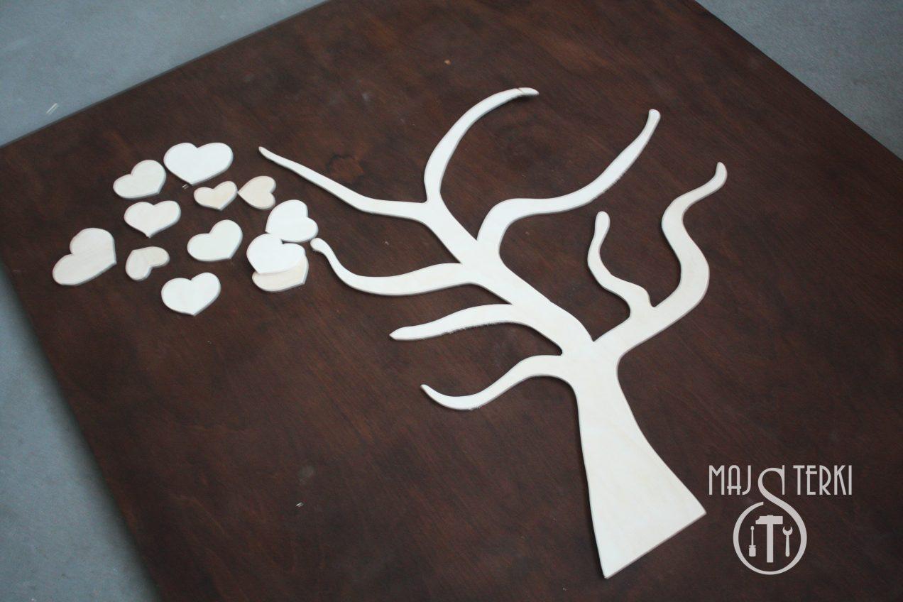 Wycinamy serca ze sklejki do drzewka szczęścia. To pomysł na prezent na ślub lub wesele. Tutaj wpiszą się goście z życzeniami. Lista gości zrobiona ze sklejki.