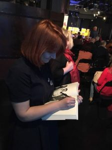 Sylwia rozdaje autografy