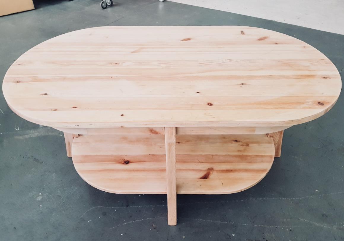 Szlifowanie stolika kawowego - zdarty lakier i odsłonięte drewno