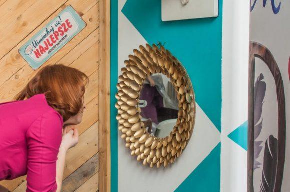 Sylwia przegląda się w lustrze z plastikowych łyżeczek