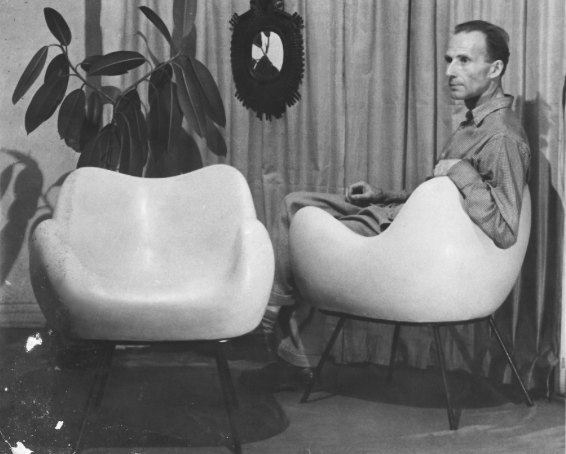 Roman Modzelewiski i jego projekt - fotel z żywicy. Zdjęcie z archiwum domowego Wery Modzelewskiej, żony projektanta.