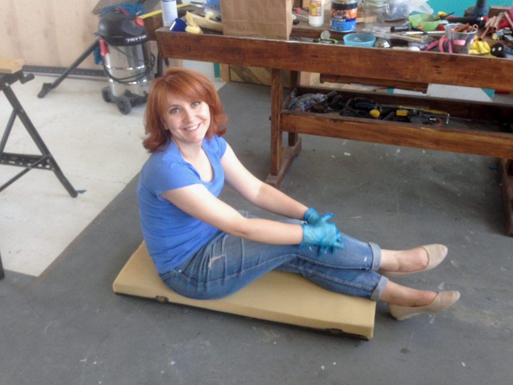 Sylwia testuje miękkość gąbki tapicerskiej ;-)